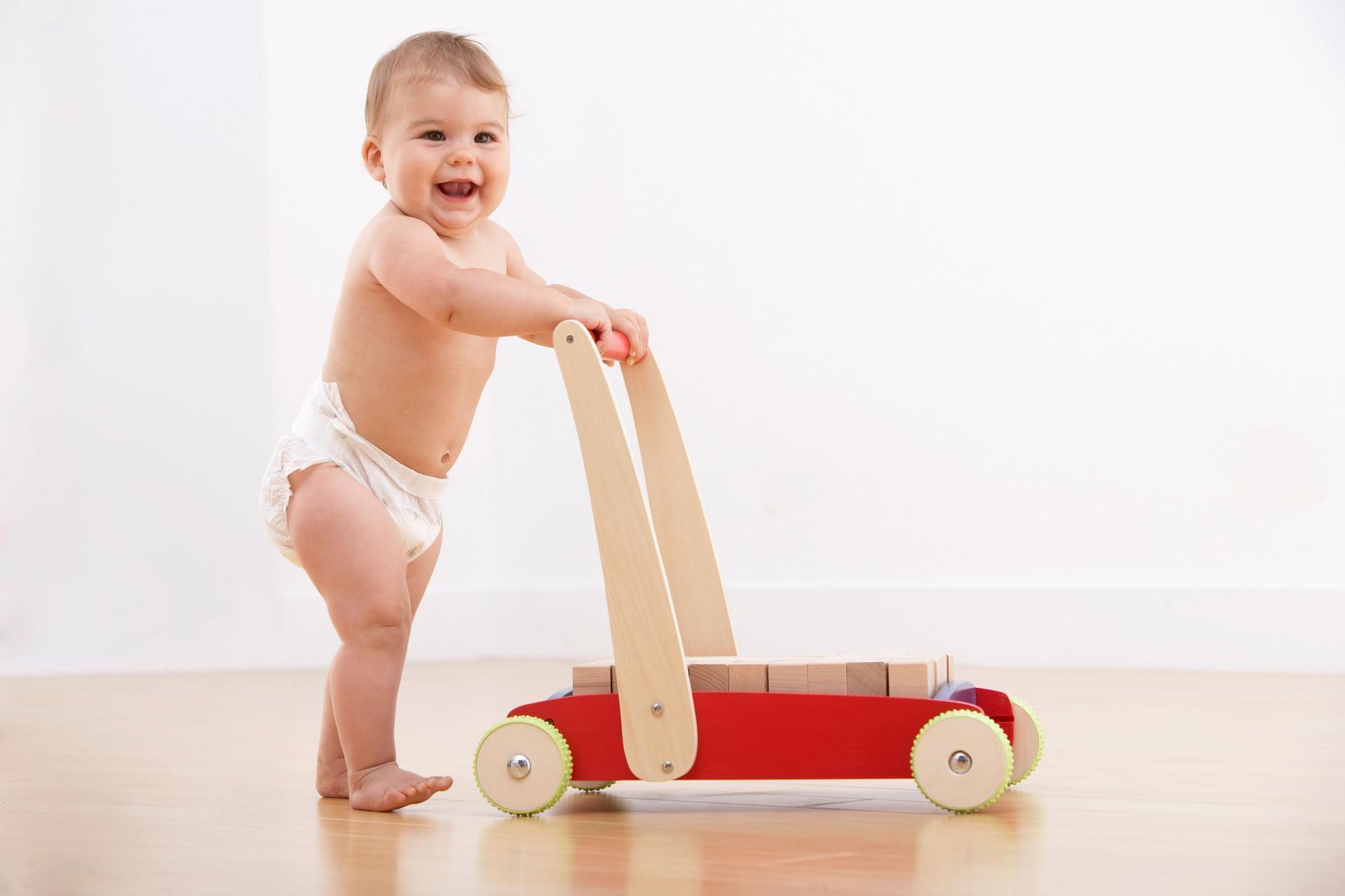 9 месяцев ребенок встает на носочки выберите раздел