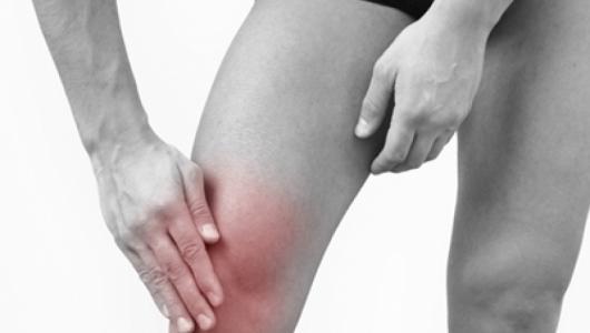 увеличенное количество жидкости в коленном суставе.